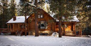 Chalet en bois sous la neige à la montagne dans une forêt de sapins
