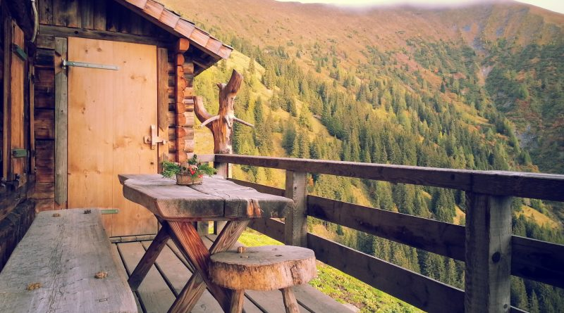 Terrasse en bois d'un chalet à la montagne